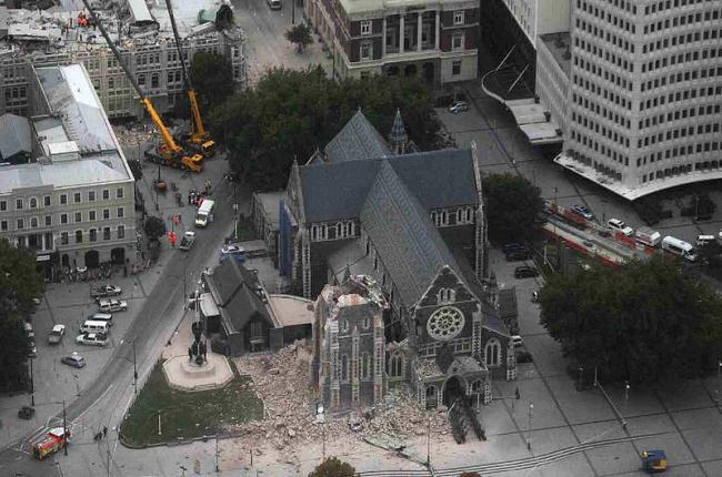 800px-ChristChurch_Cathedral_-_2011_earthquake_damage.jpg